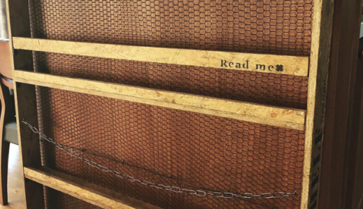 カウンター下8cmのデットスペースに20冊収納可能なcafe風・本棚をDIY!